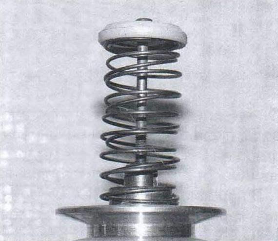 Ведомый шив и возвратная пружина, внутри пружины видна концевая втулка и верхний конец шпинделя в крайнем верхнем положении