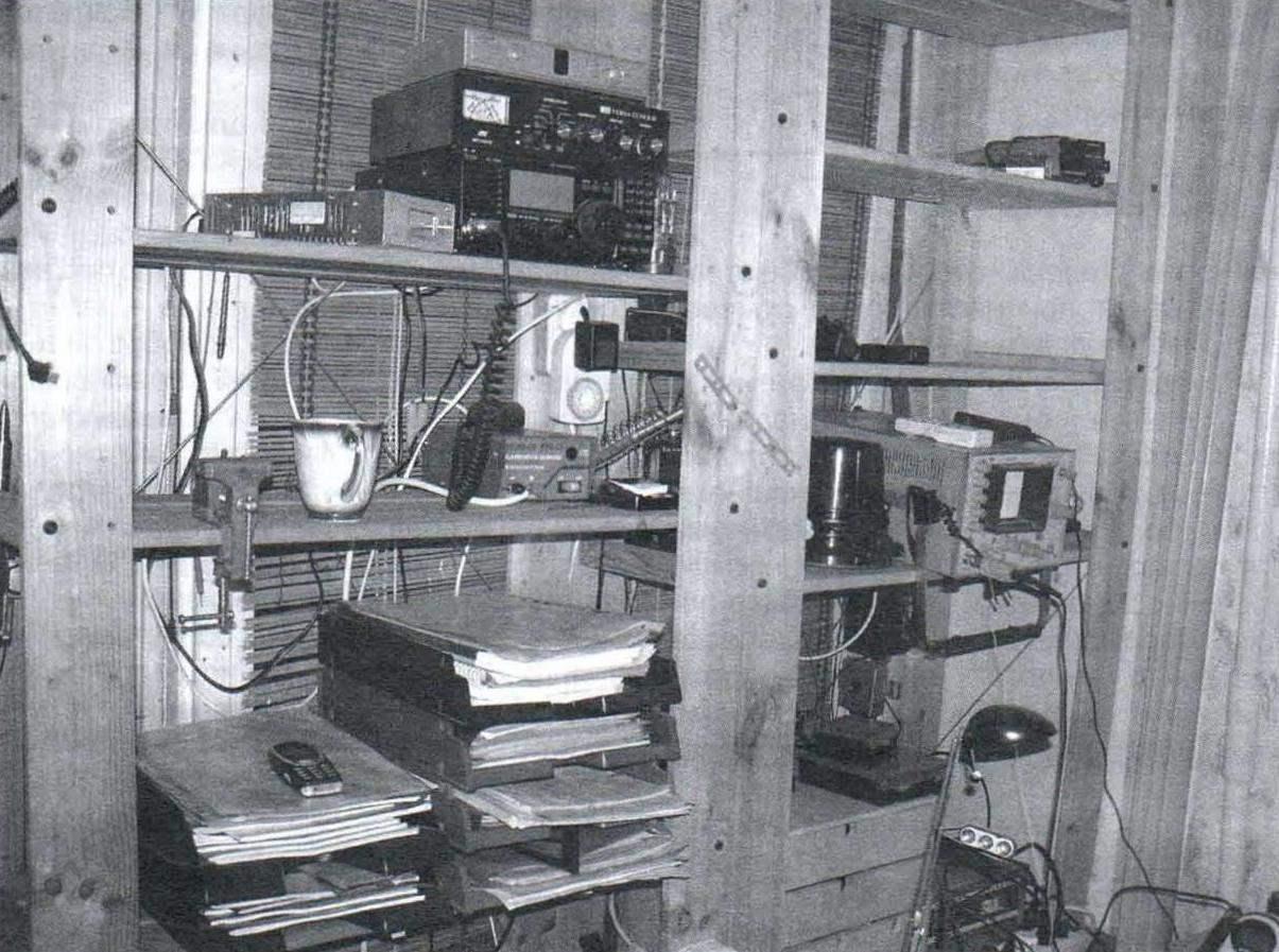 Творческий уголок радиолюбителя из двух однотипных стеллажей и выкатной тумбочки с выдвижными ящиками