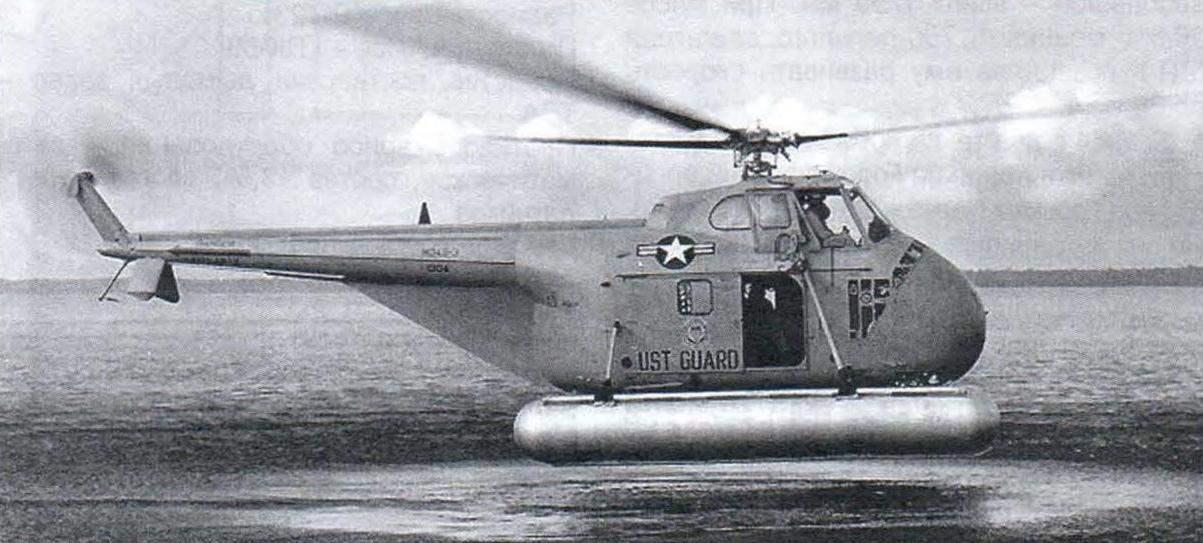 Вертолёт береговой охраны США Н-19А с поплавковым шасси совершает посадку на воду