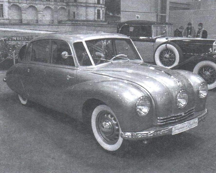 Таtra-87 выпуска конца 1940-х годов. В отличие от более ранних моделей. её фары утоплены в крылья и капот