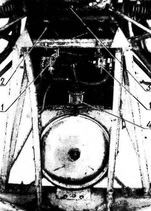 Вид сзади на подмо горную раму и агрегаты двигателя