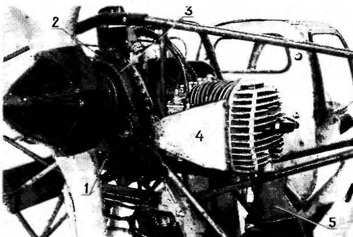 Вид задней части двигателя