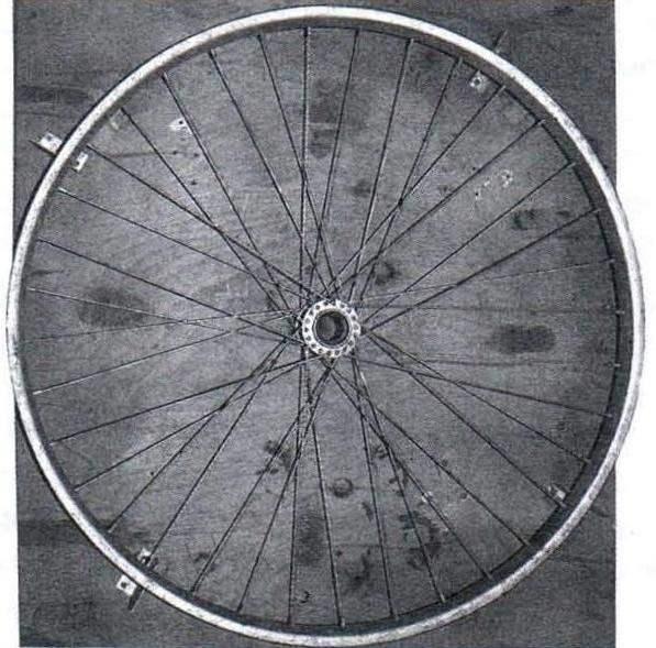 Собранное велосипедное колесо с выправленным ободом на стапеле