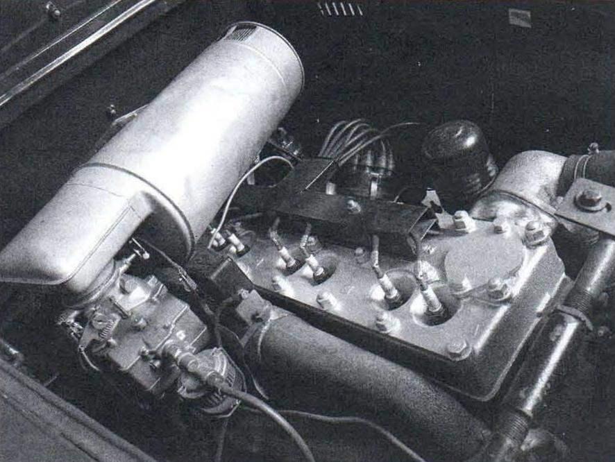Интерьер передней части салона автомобиля Chrysler Airflow ▲ Силовой агрегат автомобиля Chrysler Airflow - 6-цилиндровый карбюраторный двигатель мощностью 97 л.с.