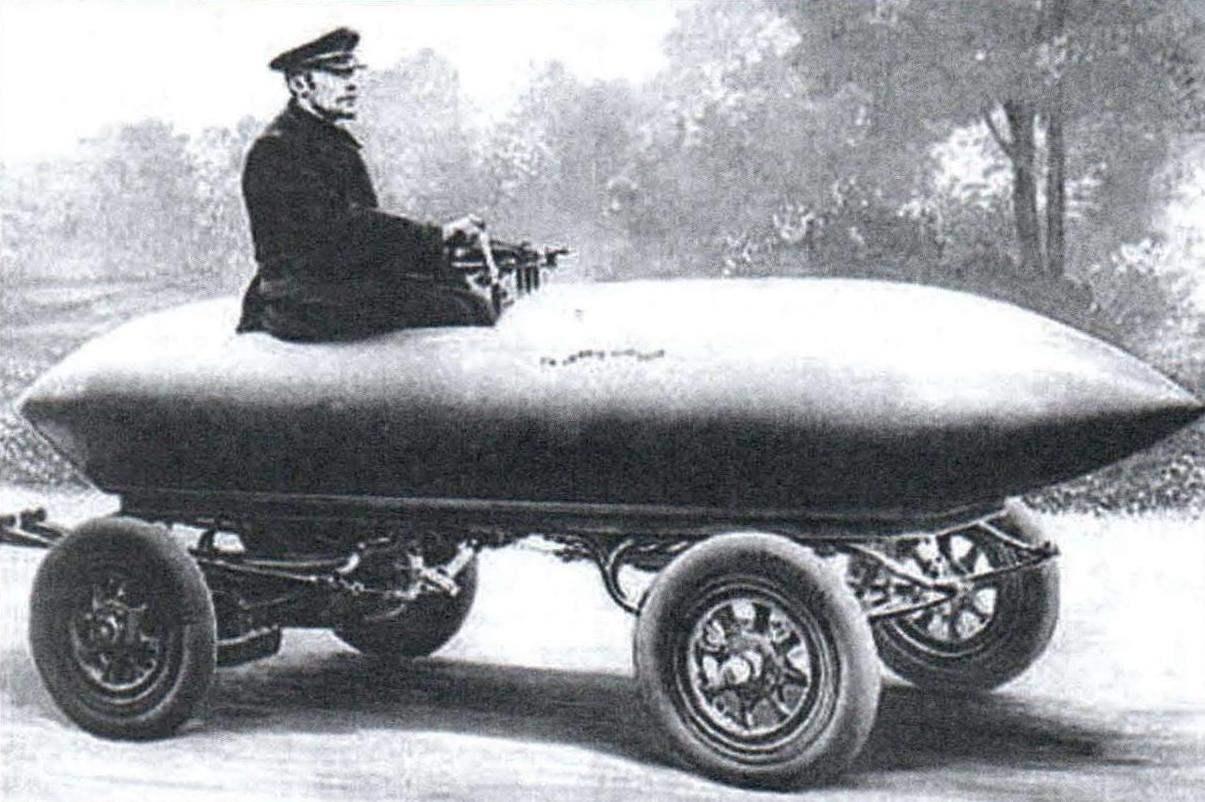 Один из первых автомобилей с кузовом обтекаемой формы был создан бельгийским конструктором и гонщиком Женатци. Именно на этой машине он впервые преодолел скорость 100 км/ч