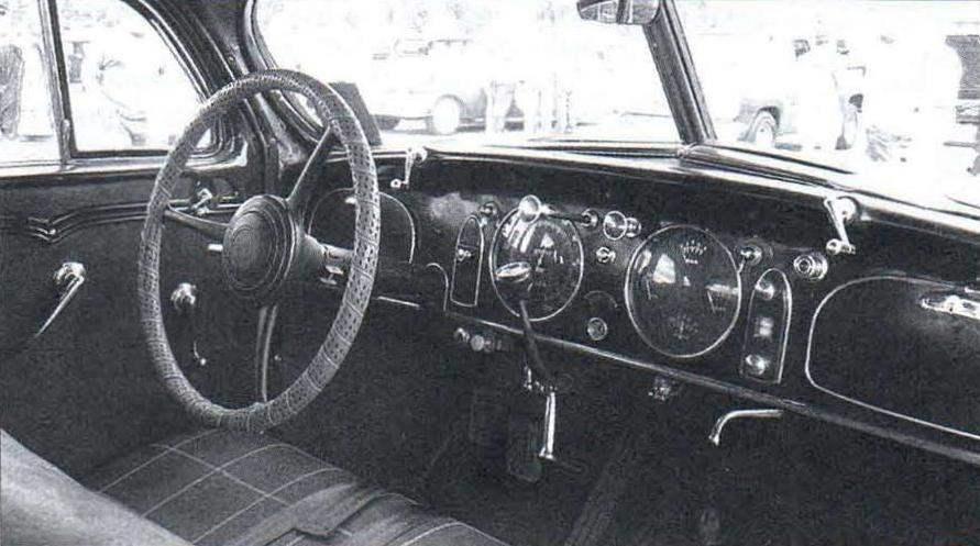 Интерьер передней части салона автомобиля Chrysler Airflow