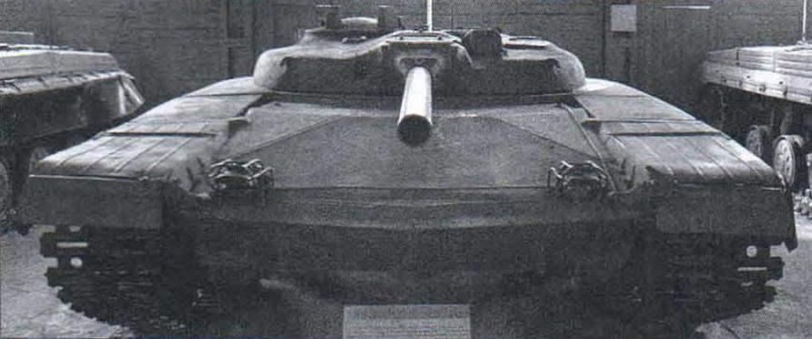 «Объект 775» с 125-мм пушкой-пусковой установкой ракет Д-126 в экспозиции музея в Кубинке