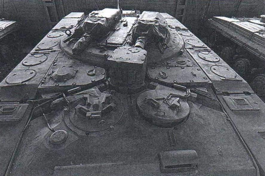 Крыша танка «объект 287». На поворотной платформе установлены две 73-мм пушки. Пусковая установка выдвигалась через центральный люк, расположенный между ними