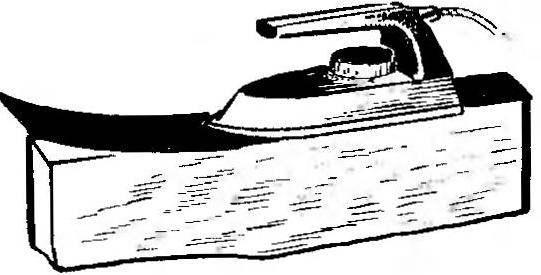 Рис. 2. Приклеивание фанеровки или пластика на горцы плиты ДСП