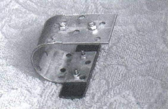 Опорная 11-образная пружина, согнутая из стальной пластины 160x40x2 мм с рядом облегчающих и крепёжных отверстий. Струны через подставку и кожаную мембрану опираются на текстолитовую пластину (на фото - снизу пружины)