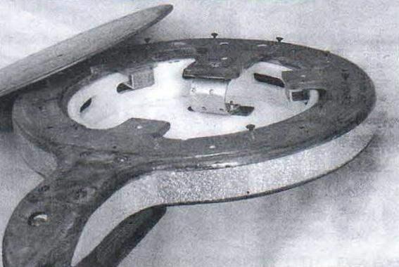 Крепление дна к корпусу: видны два из трёх дюралюминиевых уголков-прижимов бубна и 11-образная пружина