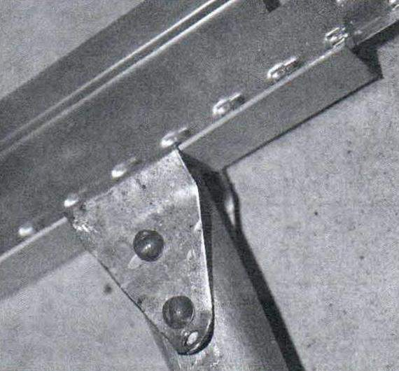 Верхний конец подвески, закреплённый на металлическом потолочном профиле