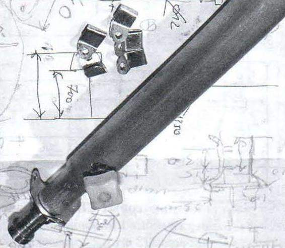 Стопорный узел фиксации взаимного положения штанг подвески (пластина с приваренной гайкой и винт с ручкой-кнопкой)