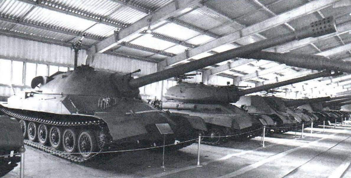 Экспозиция Военно-исторического музея бронетанкового вооружения и техники в Кубинке. Опытный экземпляр танка ИС-7 — первый в ряду