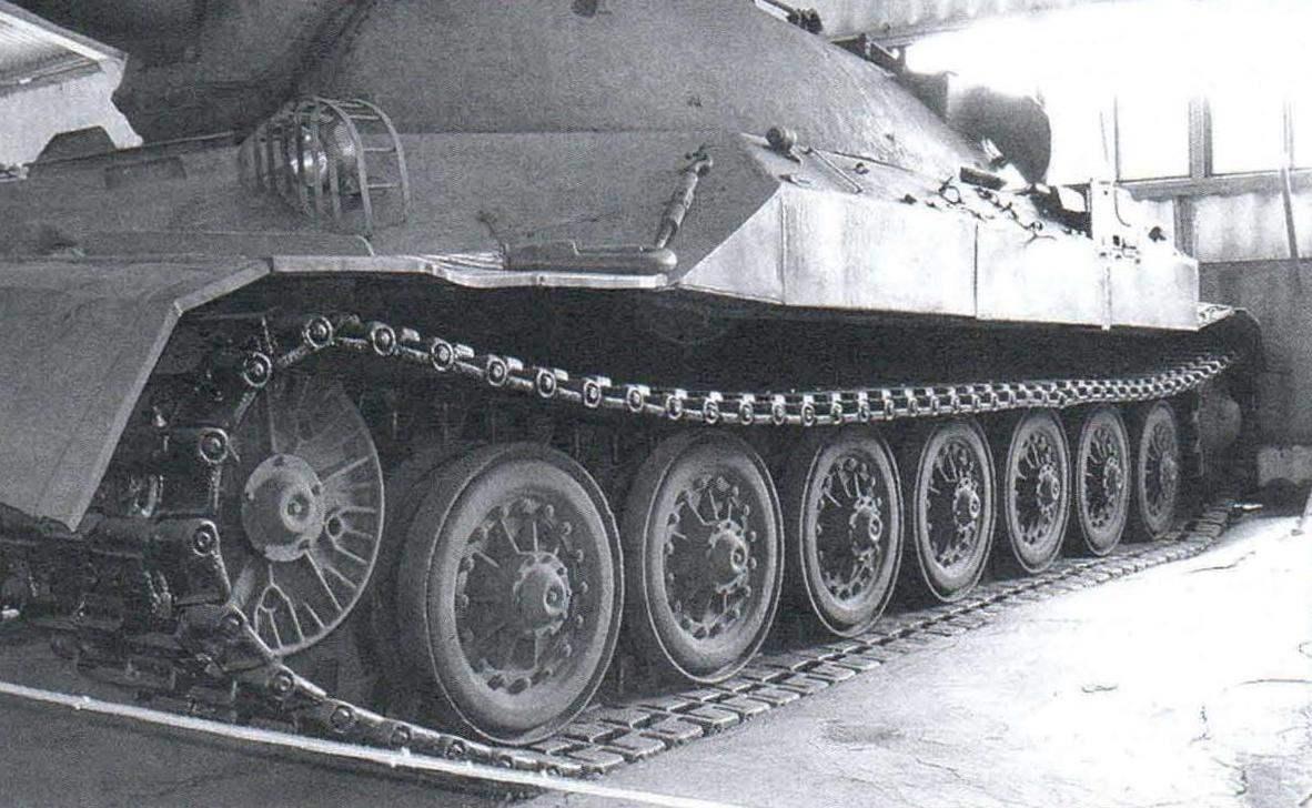 Ходовая часть танка ИС-7 не имеет поддерживающих роликов. Верхняя часть гусеницы лежит непосредственно на опорных катках