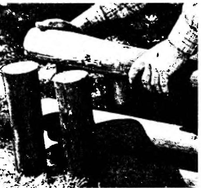 Закладка жердей в колья — формирование стенки песочницы