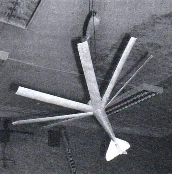 Спускающаяся часть модели ракеты с раскрытой тормозной «воронкой»