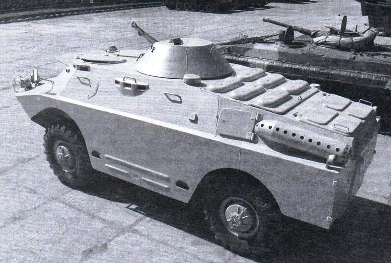 БРДМ-2 поздних выпусков. Над воздухопритоками — шесть колпаков, на крыше установлена башня с пулемётом КПВТ
