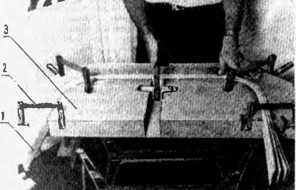 Рис. 1. Процес выклейки гнутого мебельного элемента