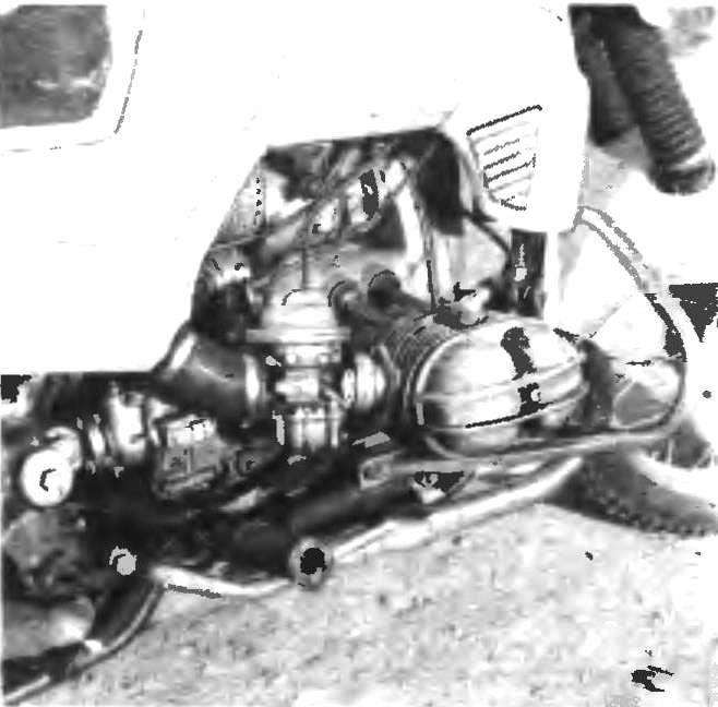 Фото 2. Вид на двигатель справа.