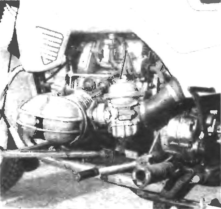Фото 3. Вид на двигатель слева.