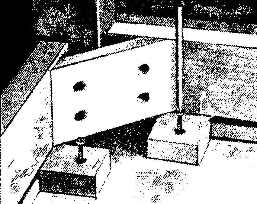 Установка держателей крышки стола.