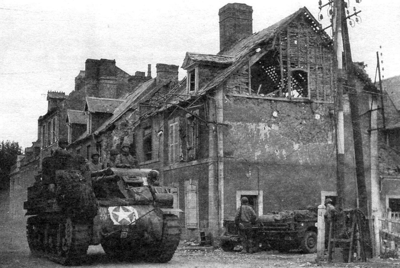 САУ «Прист» на улице одного из городов Западной Германии. 1945 г.