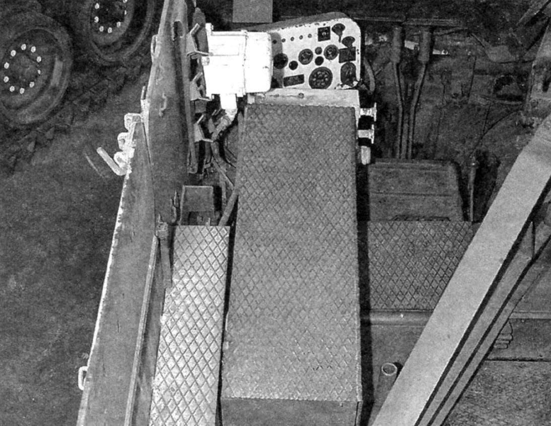 В рубке установки слева от пушки - рабочее место механика-водителя. За ним у борта - укладка боекомплекта и сиденья расчёта