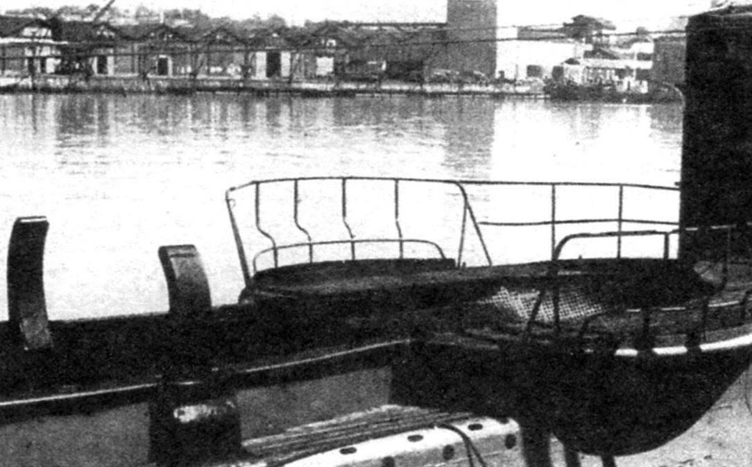 Лодка «Леонардо да Винчи», на палубе которой подготовлены место и стыковочные приспособления для транспортировки карликовой подводной лодки СА 2 к побережью Америки