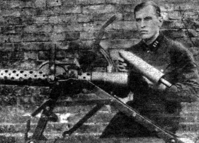 Б.С. Петропавловский со своей реактивной пусковой установкой