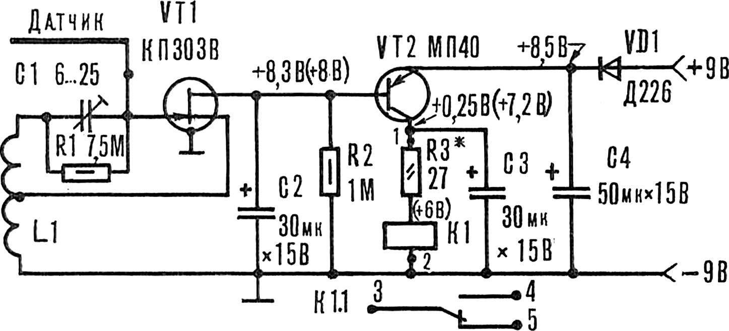 Рис. 1. Принципиальная схема емкостного реле (в скобках указаны напряжения при срабатывании реле).