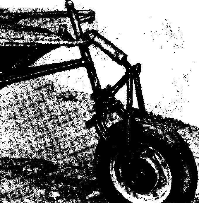 Чтобы добраться до водоема летом, на «Гидру» навешиваются колеса — одно переднее (фото вверху) и два задних (фото снизу).