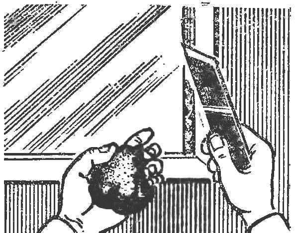Рис. 9. Обмазка стекла с помощью ножа.