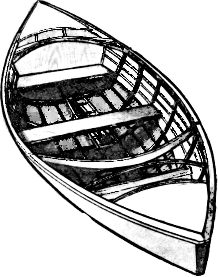 Лодка-плетенка в стадии завершения работ.