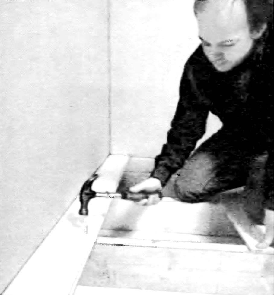 Уложите первую доску, оставив зазор у стены приблизительно 6 мм. Впоследствии он будет закрыт плинтусом. Для чернового закрепления доски применяются те гвозди, которые уменьшают вероятность расщепления. Для досок толщиной 19 мм используются гвозди длиной 55...65 мм; избегайте применять слишком толстые: забивая их, можно расколоть ближайший стыковой профиль.
