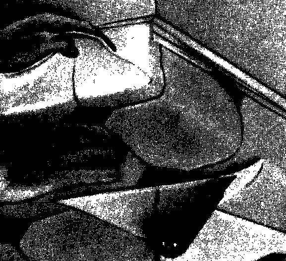 Чтобы линолеум не топорщился, надрежьте углы до окончательной подгонки, как это показано на фотографии. Таким образом, когда вы прижмете лист к полу, образуется угол в виде буквы V, который плотно ляжет на плинтус в обоих направлениях.
