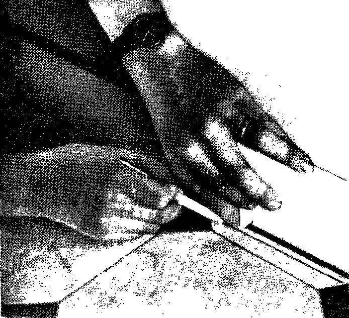 Чтобы перенести точный контур стены на хлорвиниловый лист, необходим разметочный брусок. Уложите лист в плоскости пола и, двигая брусок вдоль стены, прижмите карандаш к его наружной поверхности. Отрежьте лист по начерченной линии при помощи острого ножа и рейки. Продвиньте лист таким образом, чтобы линия отреза плотно уперлась в стену.