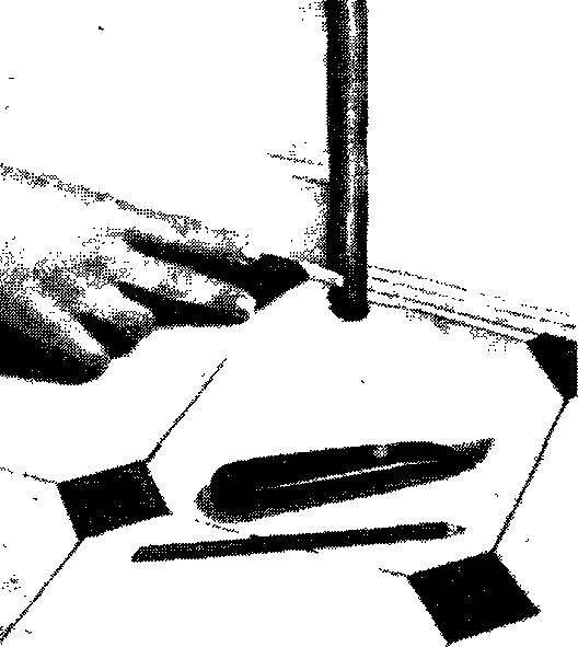 Чтобы сделать вырез для стояка, понадобится шаблон из твердого картона. Измерьте квадрат вокруг трубы стояка, обложив ее линейками с четырех сторон, и вычертите его на картоне. В центре квадрата положите монету с диаметром, равным диаметру трубы; обведите ее по контуру и вырежьте круглое отверстие.