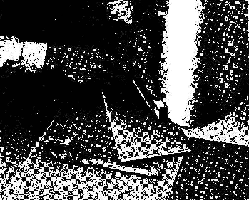 Для оформления цоколей сантехнических приборов в туалете и в ванной комнате вам также понадобится шаблон. Обведите контур с помощью разметочного бруска на картоне и перенесите его на линолеум или воспользуйтесь лекалами.