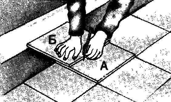 Чтобы подогнать крайнюю плитку (А), которая не поместилась в ряду, положите ее на последнюю уместившуюся, а поверх — еще одну (Б). Отметьте линии вдоль грани плитки Б на поверхности плитки А и отрежьте ее по этой линии.