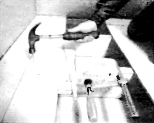 Чтобы обеспечить минимальные стыки, доски следует подгонять как можно плотнее одна к другой с помощью простых самодельных клиньев, прижатых через деревянные прокладки к каждой лаге.