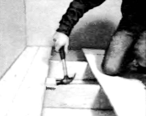 Аккуратно нарежьте доски одинаковой длины. Чтобы предотвратить повреждение кромок, поджимайте каждую последующую доску с помощью маленького бруска с вырезом, повторяющим профиль доски.