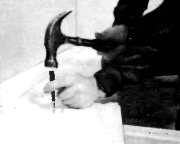 Каждую следующую доску тщательно подгоняйте по месту перед тем, как забить и утопить гвозди. Перед окончательной отделкой утопленные головки гвоздей должны быть заделаны мастикой.