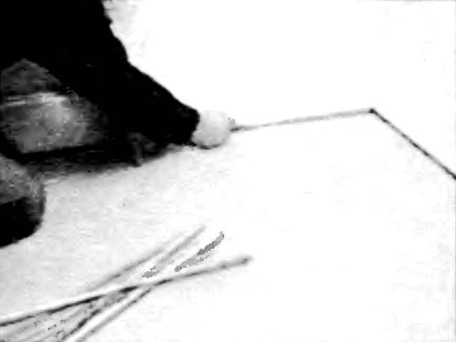 Вдоль стены или существующего плинтуса прочертите линию, отстоящую от них на 12 мм. Удобно также закрепить по всему периметру комнаты пенопластовые прокладки шириной 12 мм. Убедитесь в том, что прокладки нигде не отклоняются от линии стены.