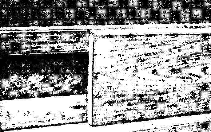 Скрыть электропроводку можно двумя способами: либо плинтусом из дерева мягкой породы, укрепленным по рейкам с отступом от стены, либо, что применяется чаще, ее прокладывают между лагами или она пересекает их.