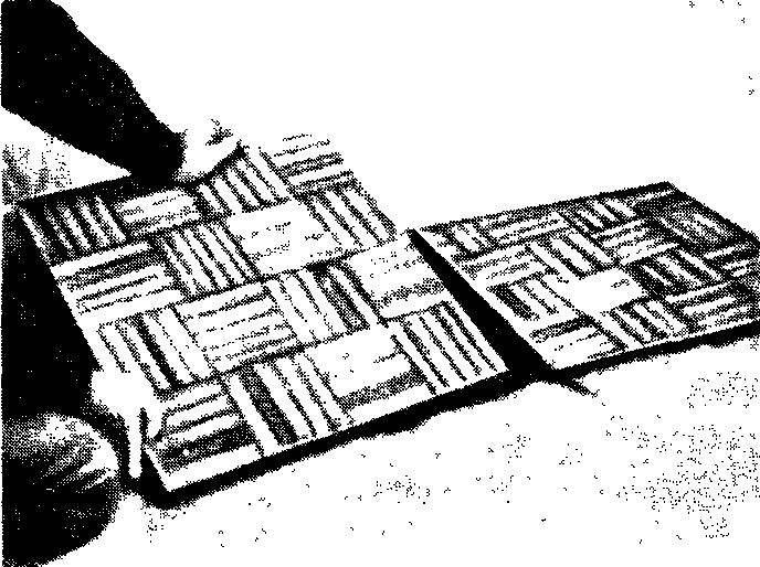 Уложите и прижмите паркетные доски, следя за правильностью их взаимного расположения. Последняя доска в каждом ряду должна быть предварительно обрезана точно по требуемому размеру.