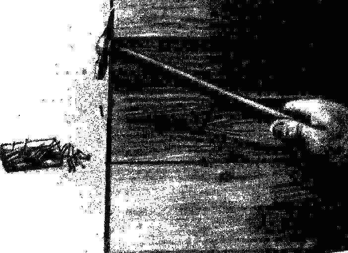 Древесноволокнистые плиты основания должны быть уложены шершавой стороной вверх, чтобы увеличить сцепление с декоративным покрытием. Забейте гвозди вдоль края древесноволокнистой плиты с интервалами 10—15 см. Затем забейте ряды гвоздей поперек плиты через каждые 5 см в направлении от середины к краям. Стыки плит должны располагаться вразбежку.