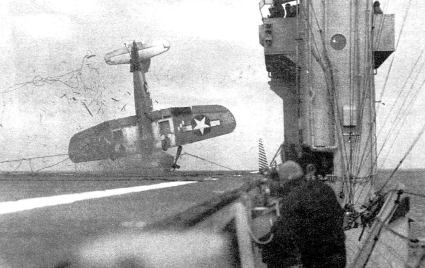 Авария F4U-1 во время посадки на авианосец