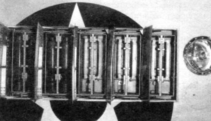 Бомбоотсеки с противосамолётными бомбами в крыле истребителя XF5F-1