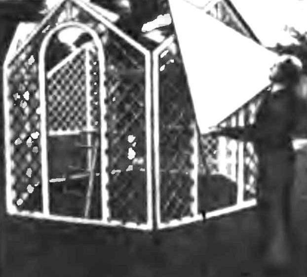 Монтаж крыши из заранее выпиленных панелей.